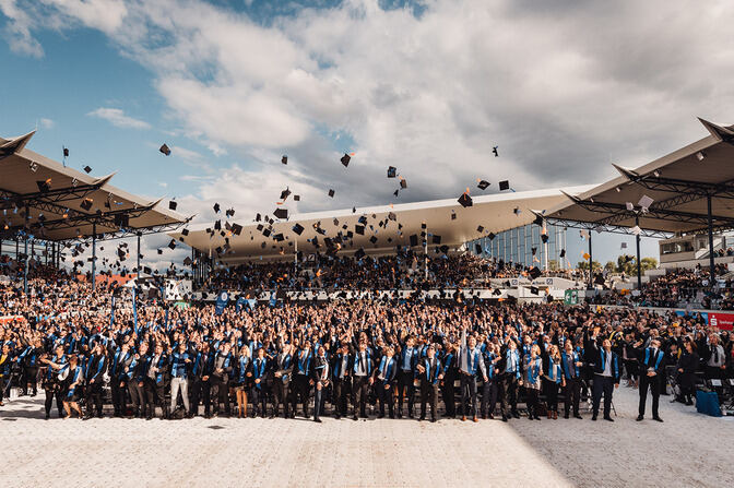 Graduates throw hats at the RWTH Graduate Festival.